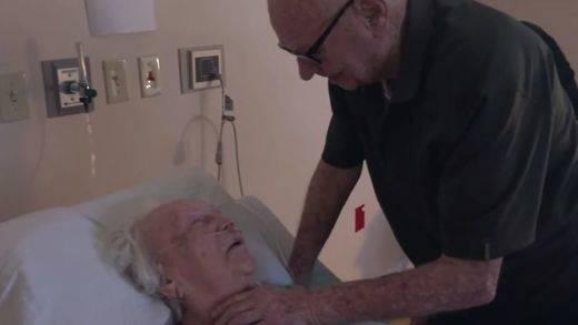 Un anciano emociona a la Red cantando a su mujer en el hospital