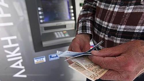El Gobierno prohíbe que se cobre una doble comisión al sacar dinero en los cajeros