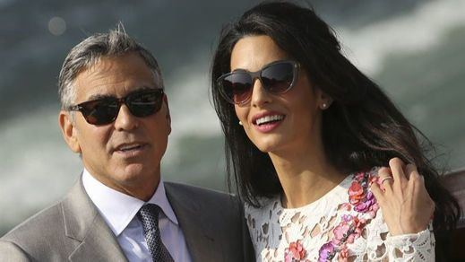 Amal Clooney tiene juanetes