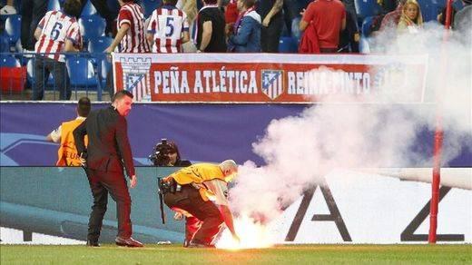 Antiviolencia propone multas de 60.000 para los seguidores del Benfica que lanzaron bengalas en el Calderón
