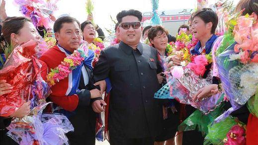 Corea del Norte amenaza a EEUU y exhibe armamento en un gran desfile