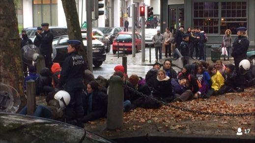 Detienen a varios diputados de Podemos por participar en las protestas contra el tratado de libre comercio en Bruselas