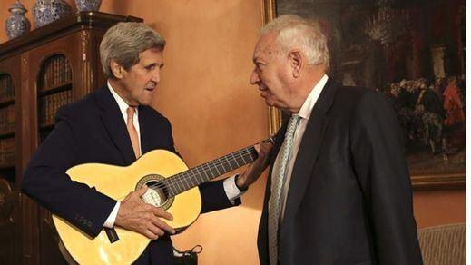 John Kerry marca el compás con la guitarra regalada por Margallo tras aterrizar en Madrid