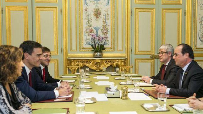 Y Pedro Sánchez recibe en París el respaldo de Hollande y Valls a su candidatura