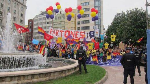 División de opiniones a la llegada de los Reyes a la ceremonia de entrega de los Princesa de Asturias