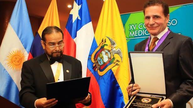 El español Alberto Lajo Rivera recibe el premio mundial a la excelencia médica