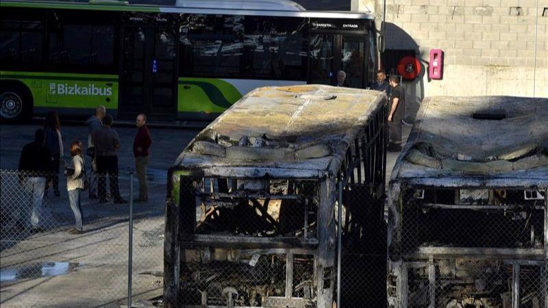 Queman ocho autobuses en Bizkaia en un sabotaje de 'apoyo' a presos de ETA