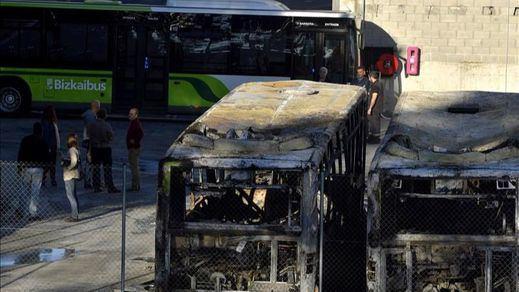 Queman ocho autobuses en Bizkaia en un sabotaje de