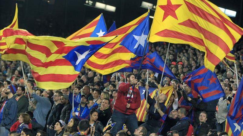 Un Camp Nou lleno de 'esteladas' mantiene el desafío a la UEFA