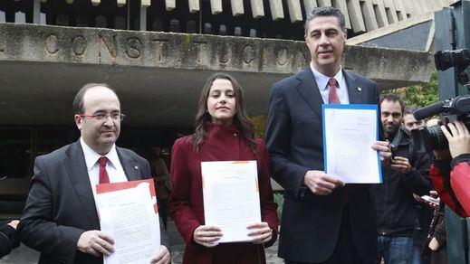 El Constitucional admite a trámite los recursos de PP, PSC y C's contra la moción independentista