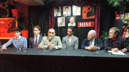 De izquierda a derecha los premiados: López Simón, Posada, Morenito,Victorino y García Padrós, y el presentador Emilio Martínez