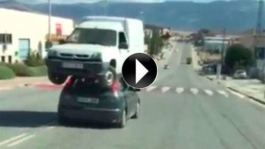Cazan a los imprudentes de un vídeo viral en el que trasladan una furgoneta en el capó