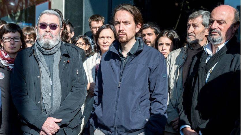 Pablo Iglesias junto a Cándido Méndez durante el minuto de silencio por las víctimas de los atentados de París