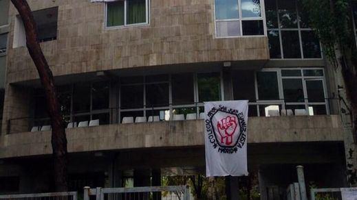 Hasta 600 policías para 'desokupar' el mítico colegio mayor de Madrid 'El Johnny': 80 detenidos