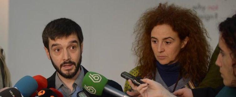 Pablo Bustinduy (i) y la profesora de relaciones internacionales Itziar Ruíz Giménez (d)