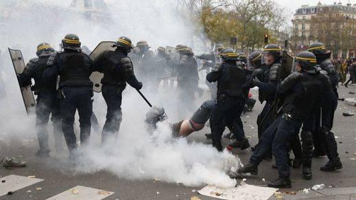 Las protestas contra la cumbre del Clima de París desafían el estado de emergencia y los gases lacrimógenos