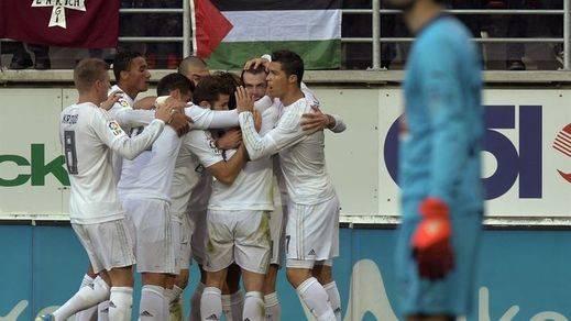 Al Madrid le cuesta pero gana en Eibar y no se descuelga de la cabeza (0-2)
