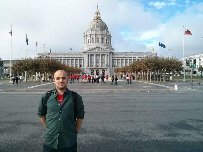 Francisco Calatayud frente al ayuntamiento de San Francisco