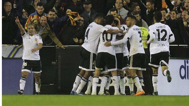 Más emoción en la Liga: el Valencia frena al Barça, al que se acercan Madrid y Atleti tras ganar a Getafe y Granada