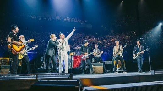 Eagles of Death Metal regresan a París e interpretan 'People have the power' con U2