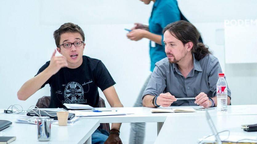 Iglesias y Errejón (con camisa del 'núcleo irradiador') en una reunión de campaña
