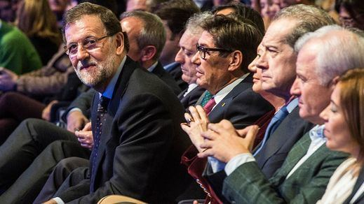 Las últimas encuestas dejan al PP rozando los 130 escaños y al PSOE camino de la debacle