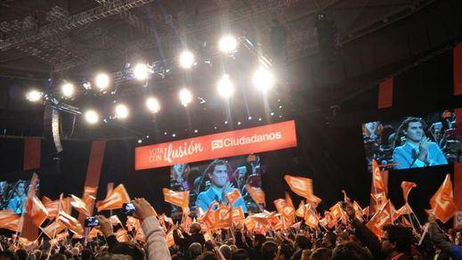 Rivera cumple su objetivo de llenar Vistalegre con la ayuda de 50 autobuses de 'ciudadanos' de Andalucia, Cataluña y Valencia