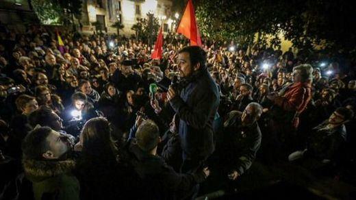 Alberto Garzón llenó en su mitin de Madrid y acabó saliendo a la calle para dirigirse a la gente