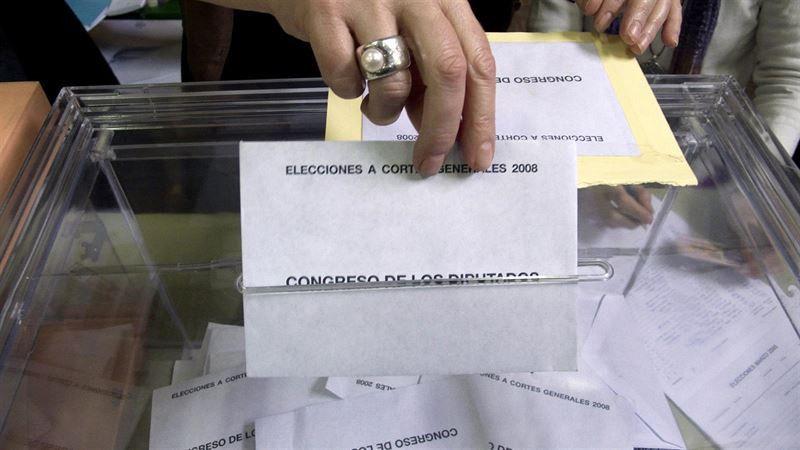 Votante deposita su sobre con los candidatos al congreso
