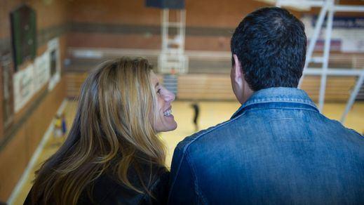 Pedro Sánchez y su mujer, Begoña, en un polideportivo de Pozuelo de Alarcón para ver jugar al baloncesto a una de sus hijas.