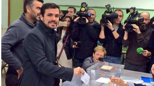 Alberto Garzón deposita su voto, esta mañana, en el Rincón de la Victoria (Mälaga).