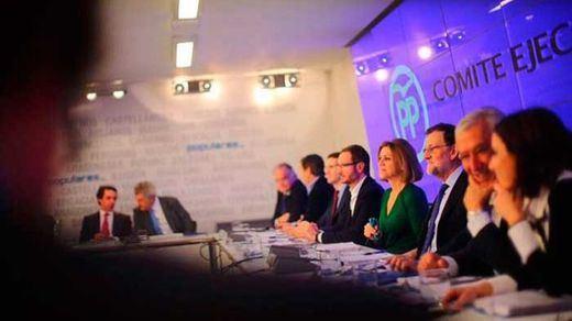 Aznar se presenta en Génova para apoyar a Rajoy y pedirle que convoque un congreso