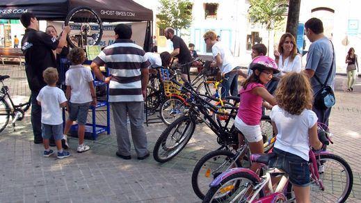 El casco obligatorio para menores ciclistas y otras normas de tráfico que se quedaron 'aparcadas'