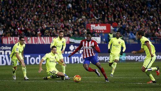 Nuevo año, nuevo líder: el Atlético sufre pero estoquea al Levante y aprovecha el tropiezo del Barça (1-0)