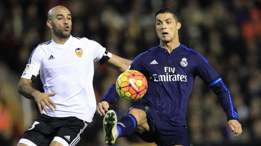 El Madrid pelea pero no pasa del empate en Valencia y se distancia del Atlético (2-2)