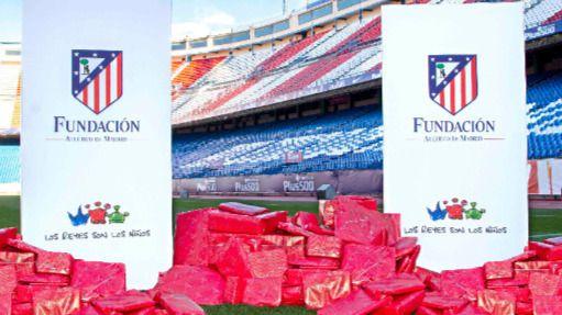 El césped del Calderón, cubierto de regalos gracias a la solidaridad de los pequeños atléticos