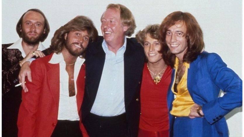 En el centro, Robert Stigwood junto a los integrantes de los Bee Gees