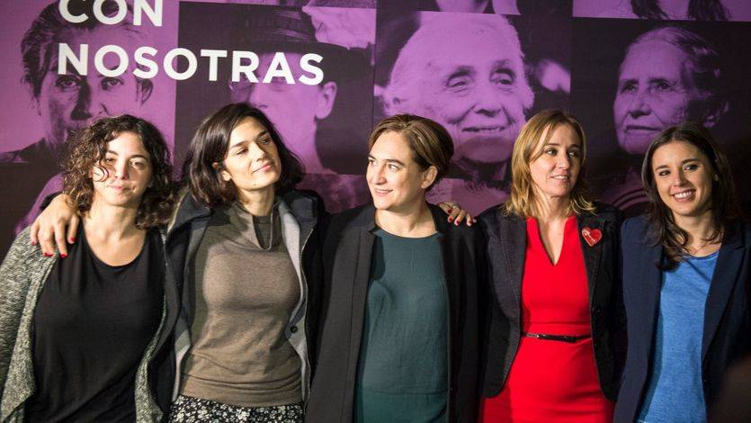 De izquierda a derecha: Tania González, Clara Serra, Ada Colau, Tania Sánchez e Irene Montero durante la campaña del 20-D