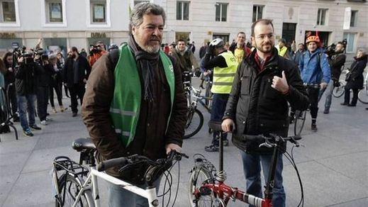 Varios diputados ecologistas y de izquierdas llegan al Congreso en bicicleta