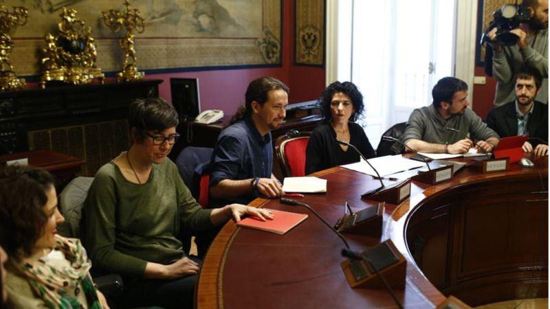 Pablo Iglesias y Dolors Pérez a su derecha durante una reunión