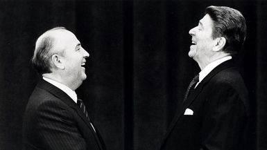 El ex presidente estadounidense Ronald Reagan estrecha la mano a su homólogo soviético Migail Gorbachov