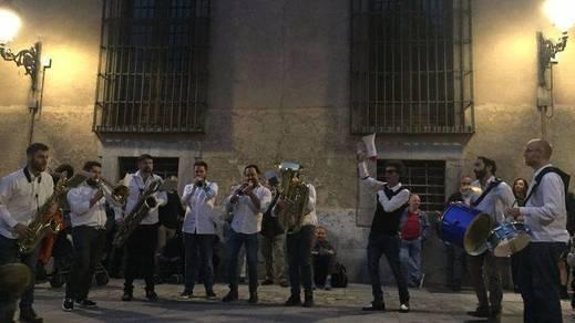 Apertura de JazzMadrid 2017 con pasacalles de la Nola Brass Band en la Plaza de las Comendadoras (Foto: @marta_merelles )
