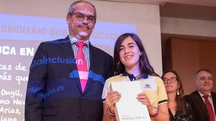 Rafael Van Grieken, consejero de Educación de la Comunidad de Madrid hace entrega de una tablet Samsung a una de las asistentes por su pregunta. (Foto: Kike Rincón)