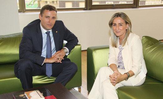 Caja Rural de Castilla-La Mancha se reúne con la alcaldesa de Toledo