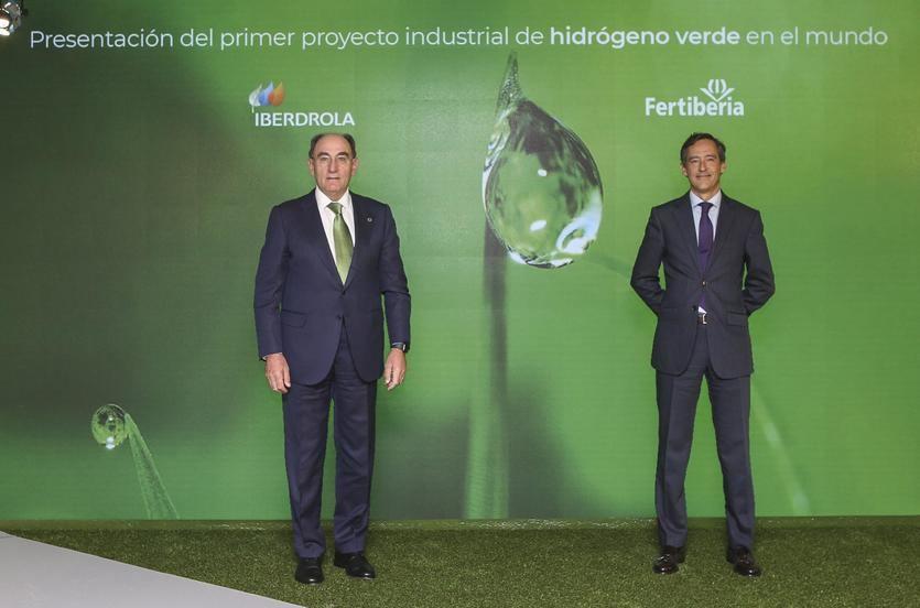 El presidente de Iberdrola, Ignacio Galán, y el presidente de Fertiberia, Javier Goñi, charlan con Roland Oelschläger, investor advisory de Triton