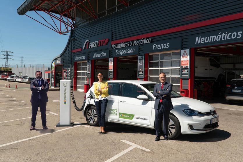 Jonathan López, director general de First Stop SWR, Raquel Blanco, directora global de Smart Mobility de Iberdrola, y  José Manuel Ledo, director de aceleración de movilidad Bridgestone SWR