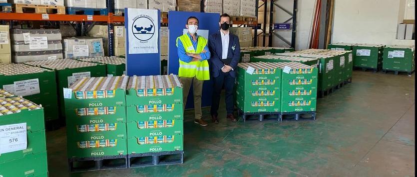 Responsables del Banco de Alimentos de Madrid y de Mercadona durante la donación