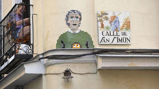 Fernando Simón se convierte en un icono pop en la calle San Simón de Madrid