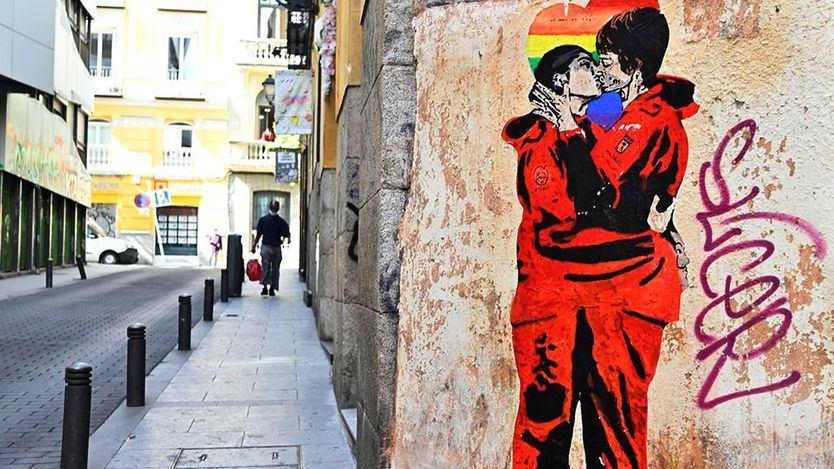 El beso de las dos protagonistas de La Casa de Papel en la calle Gravina