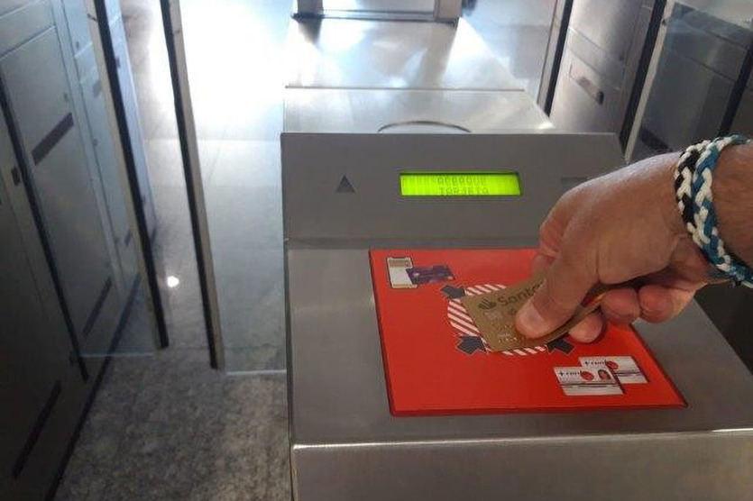 Renfe pone en marcha en Cercanías Madrid el sistema 'Cronos': pago directo en tornos con tarjeta